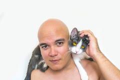 有一只猫的一个人在他的肩膀 免版税库存图片