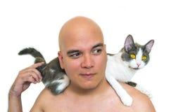 有一只猫的一个人在他的肩膀 库存照片