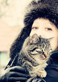 有一只猫的一名妇女在她的肩膀 照片 免版税库存照片