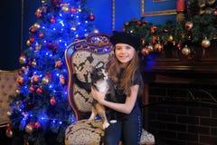有一只猫的女孩在椅子 库存图片
