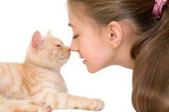 有一只红色小猫的女孩 免版税图库摄影
