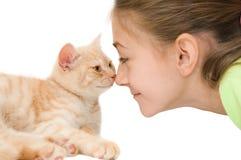 有一只红色小猫的女孩 库存图片