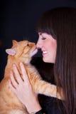 有一只红色猫的女孩 免版税库存图片