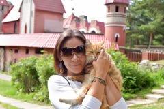 有一只红色猫的妇女 图库摄影