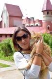 有一只红色猫的妇女 免版税库存照片