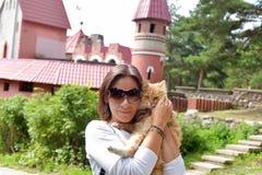 有一只红色猫的妇女 免版税库存图片