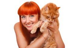 有一只红色猫的美丽的少妇 免版税库存图片