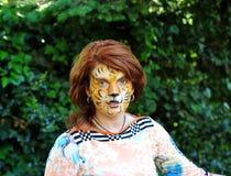 有一只老虎的图片的女孩在面孔的 图库摄影