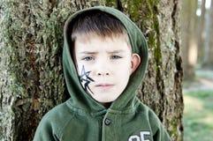 有一只被绘的蜘蛛的男孩在万圣节 免版税库存图片