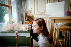 有一只逗人喜爱的猫的一个小女孩 库存照片