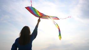 有一只风筝的女孩在她的手上 股票视频