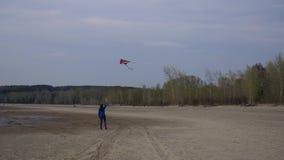 有一只风筝的女孩在岸 影视素材