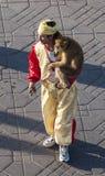 有一只猴子的艺术家在马拉喀什 免版税库存图片