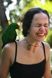 有一只绿色鹦鹉的女孩 库存照片