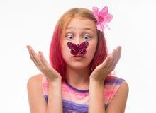有一只蝴蝶的女孩在鼻子 免版税库存图片