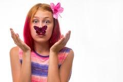 有一只蝴蝶的女孩在鼻子 免版税库存照片