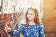 有一只蝴蝶的春天小女孩在他的手指 免版税库存图片