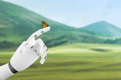 有一只蝴蝶的机器人手在it& x27; s手指 库存图片