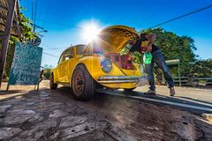 有一只VW甲虫的饮料船在一家餐馆前面在Aregua巴拉圭 免版税库存照片