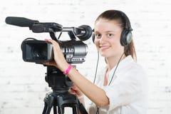 有一台专业照相机的一个相当少妇 免版税图库摄影