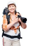 有一台好照相机和一个大背包的非职业摄影师 免版税库存图片