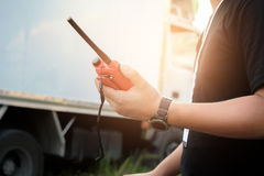 有一台携带无线电话或手提电话机收发器的人通信的 免版税库存照片