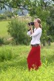 有一台数字照相机的妇女 免版税库存照片