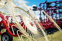 有一台新的机械刈草机的现代拖拉机 库存照片