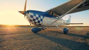 有一台旋转的推进器的私人飞机沿跑道驾驶 股票录像