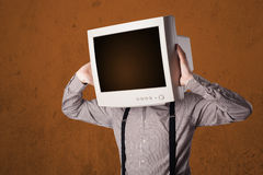 有一台显示器的商人在他的头和棕色空的空间 免版税库存照片
