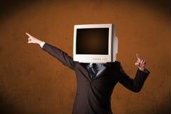 有一台显示器的商人在他的头和棕色空的空间 免版税图库摄影