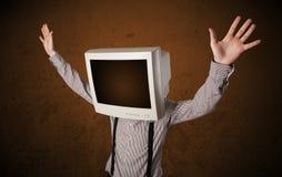 有一台显示器的商人在他的头和棕色空的空间 图库摄影