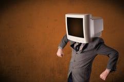 有一台显示器的商人在他的头和棕色空的空间 免版税库存图片