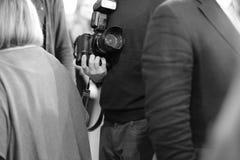 有一台照相机的一个人在他们的手上 免版税库存图片