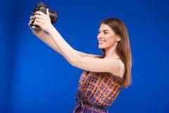 有一台照相机的女孩在他的手上 免版税库存照片