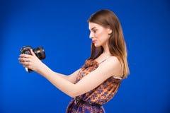 有一台照相机的女孩在他的手上 图库摄影