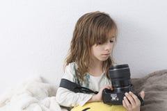 有一台照相机的女孩在她的手上 免版税库存照片