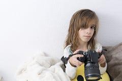 有一台照相机的女孩在她的手上 库存图片