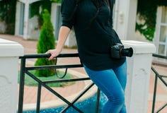 有一台照相机的女孩由海洋 免版税库存图片