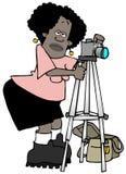 有一台照相机的女性摄影师在三脚架 皇族释放例证