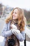 有一台照相机的妇女摄影师在冬天穿衣 库存图片