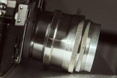 有一台老减速火箭的影片照相机的透镜 库存照片