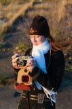 有一台老照相机的一位女孩摄影师 图库摄影