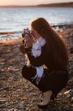 有一台老照相机的一位女孩摄影师 库存图片