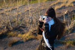 有一台老照相机的一位女孩摄影师 免版税库存照片