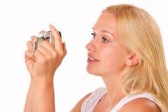 有一台老照相机的可爱的少妇 免版税库存照片