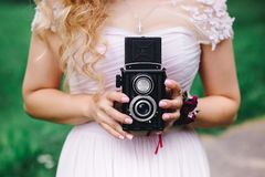 有一台老照相机的女孩在手中 免版税图库摄影