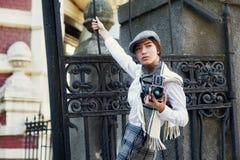 有一台老照相机的女孩摄影师在他的手上 免版税库存照片