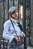 有一台老照相机的女孩摄影师在他的手上 免版税库存图片