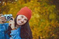 有一台老照相机的妇女 免版税图库摄影